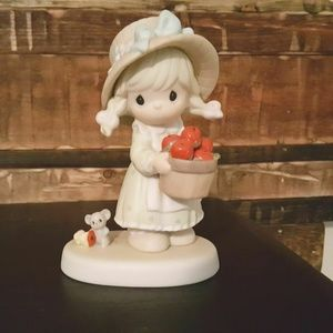 """Precious Moments Figurine """"Happiness To The Core"""""""
